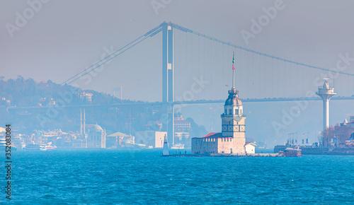 Fotografia Istanbul Maiden Tower (kiz kulesi) in the background Ortakoy Mosque and bosphoru