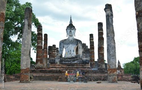 Fotografia Low Angle View Of Buddha Statue At Sukhothai Historical Park
