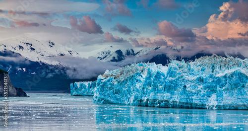 Hubbard Glacier in Alaska under Cloudy Skies Billede på lærred