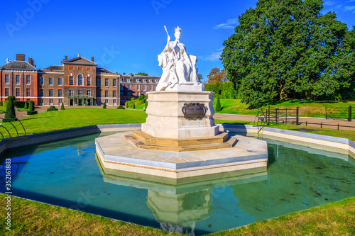 Fototapeta Statue of Queen Victoria in front of Kensington Palace inside Kensington gardens