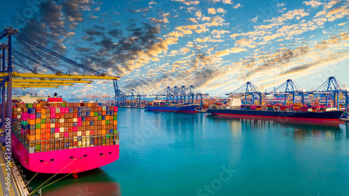 Foto Container ship unloading in deep sea port, Global business logistic import export freight shipping transportation oversea worldwide by container ship, Container vessel loading cargo freight shipping