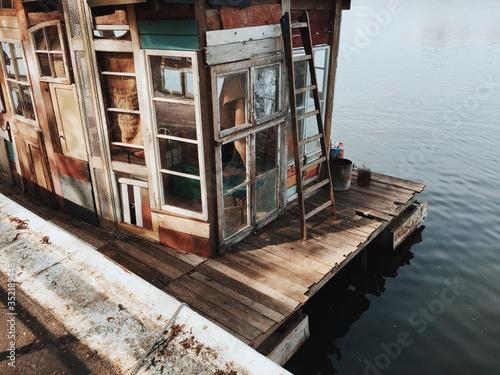 Canvas-taulu Stilt House At Lakeside