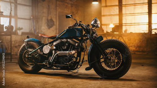 Foto Custom Bobber Motorbike Standing in an Authentic Creative Workshop
