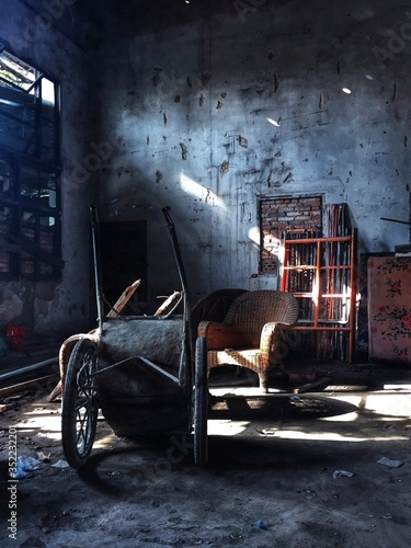 Wheelbarrow And Chair In Abandoned House Fototapet