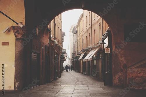 Archway Against Buildings Fototapet