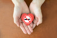 禁煙ステッカーを貼っ...