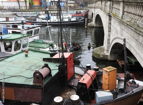 Foto High Angle View Of Fishing Boats Moored In River By Arch Bridge