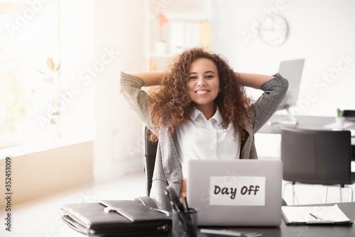Cuadros en Lienzo Happy businesswoman before weekends in office