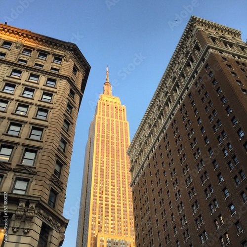 Fotomural Low Angle View Of Empire State Building Against Sky In City