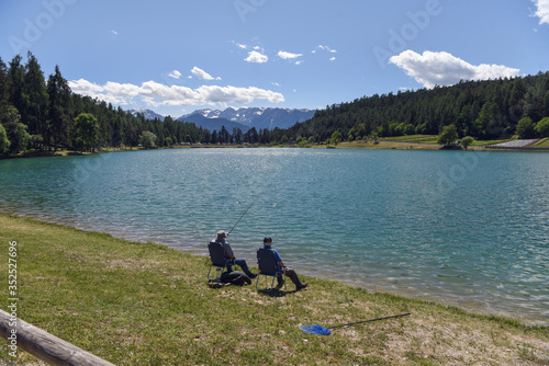 Photo pescatori al lago pescare trote