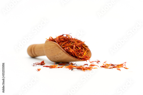Foto saffron spice wooden spoon on white background