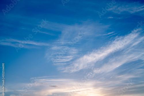 夕暮れの筋雲と海 空の背景素材 Fototapet