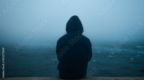 Photo A men watching towards the sea with fog