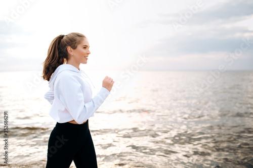 Платно Jogging by the sea