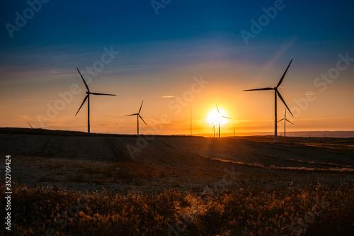 Photo aerogenerador en ocaso