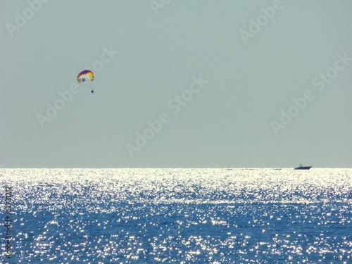 Canvastavla Hot Air Balloons Flying Over Sea