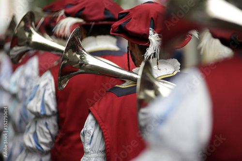 Musicians Playing Wind Instrument During Parade Fototapete
