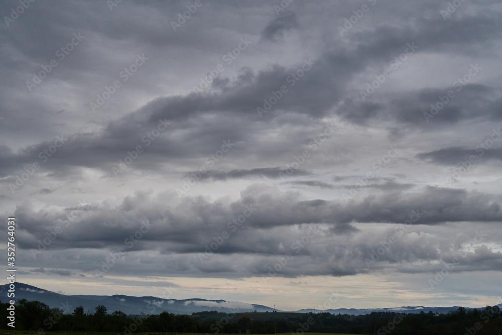 Fototapeta Cisza przed burzą nad górami