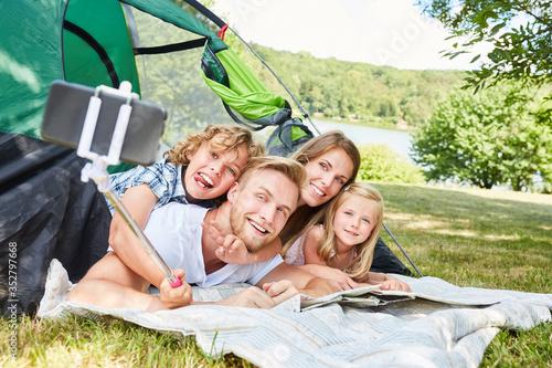Foto Familie beim Camping macht ein Selfie Foto