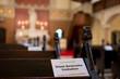 canvas print picture - Abstand halten in der Kirche