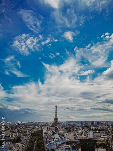vista de la ciudad de paris desde el mirador del arco del triunfo en Francia