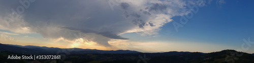 Piękna panorama gór w Umbrii na tle zachodzącego słońca w ciepły letni dzień.