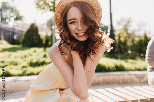 Photo Playful ginger girl posing in straw hat with smile