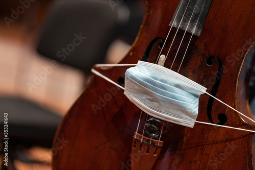 Foto A face mask put over the bridge of a cello representing performance restrictions