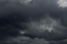 Ciemne, Złowrogie Chmury Na N...