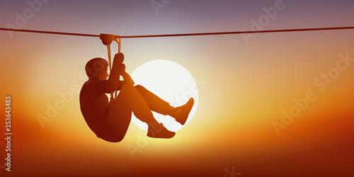 Photo Concept des loisirs et des activités de plein air avec un homme à la recherche de sensations fortes sur la tyrolienne d'un parcours d'accrobranche