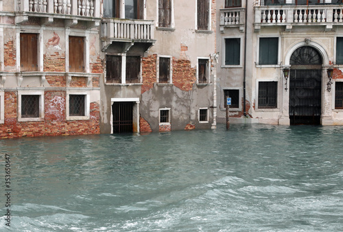 Photo Houses with flooded entrances to Venice during high tide with