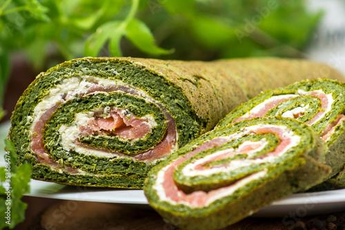 Fototapeta rolada szpinakowa z łososiem, jedzenie, posiłek, przekąska, zdrowa, jarzyna, śniadanie, swiezy, lunch, sałata, przepyszny, ogórek, wegetarianin, czerwień, rolada, szpinak, łosoś obraz