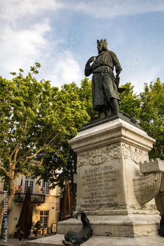 Fotomural Statue de Saint Louis (Louis IX) sur la Place Saint Louis d'Aigues-Mortes (Occit