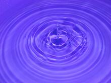 Kropla Wody W Chwili Upadku Do Naczynia Z Wodą