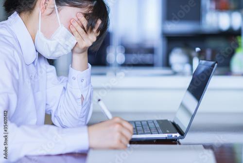 Valokuvatapetti 疲れ 疲労 体調不良 失業 テレワーク リモートワーク ノートパソコン 勤務 日本人 ビジネス