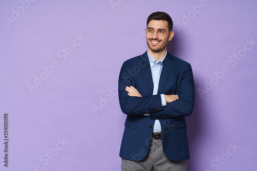 Photo Modern business man standing in blue smart casual suit, holding crossed arms, sm