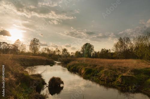 rzeka warta w blasku zachodzącego słońca