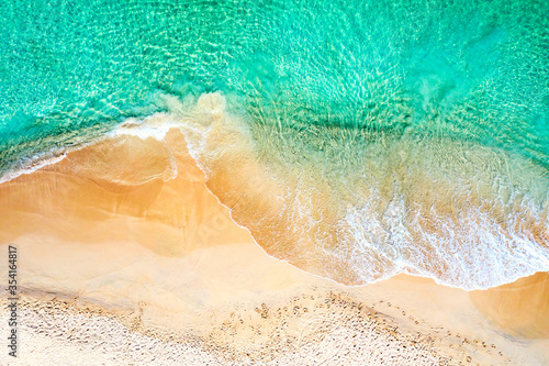 Photo Top view aerial drone photo of ocean seashore with beautiful turquoise water and sea waves