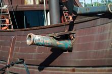 Pormenor De Canhão Na Lateral De Um Barco Pirata
