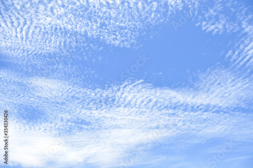 Photo altocumulus clouds like fluff float in the sky.