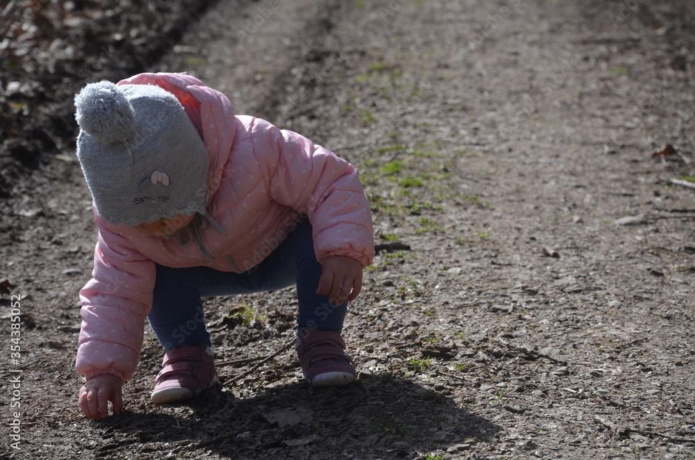 Fototapeta Dziecko poznaje świat, spacer w lesie.