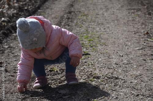Fototapeta Dziecko poznaje świat, spacer w lesie. obraz