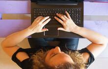 Chica Joven Rubia Escribiendo ...