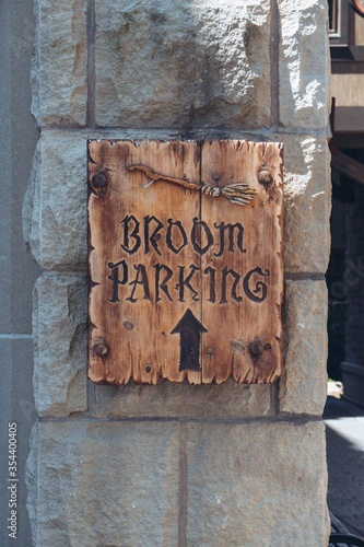 Photo Vertical closeup shot of a sign [broom parking] in Diagon Alley, Harry Potter wo