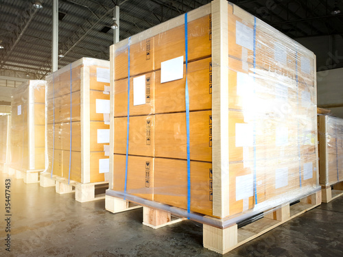 Cuadros en Lienzo Large shipment pallets goods in interior warehouse storage