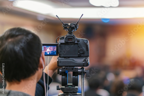 Fotografia Cameraman taking Vedio to speaker on the stage present in conference hall or sem