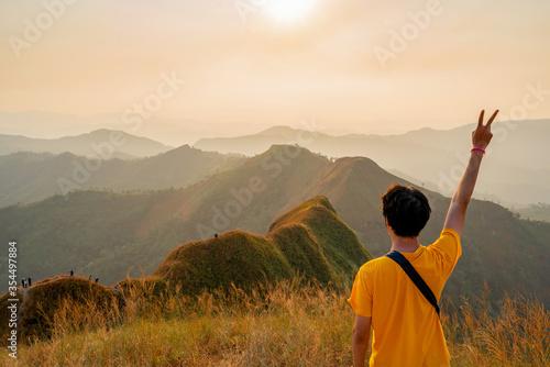 Fotografia traveler man hiking enjoying in the mountains with backpack at Khao Chang Puak m