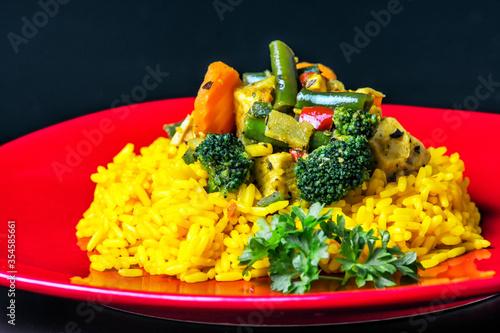 Fototapeta ryż z kurczakiem i warzywami, przekąska, posiłek, dania, płyta, obiad, delikatesowy, przepyszny, cebula, przekąska, sos, swiezy, zioła, czosnek, masło obraz