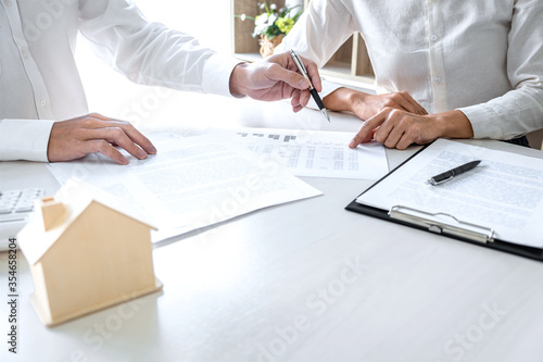 Fotomural Real estate broker agent presenting and consult to customer to decision making s