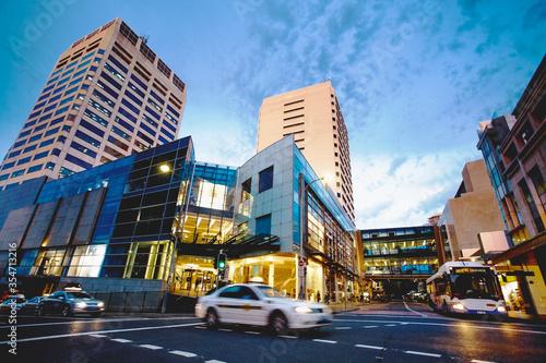 Foto Bonbi junction crossroad, shopping center cityscape at sunset